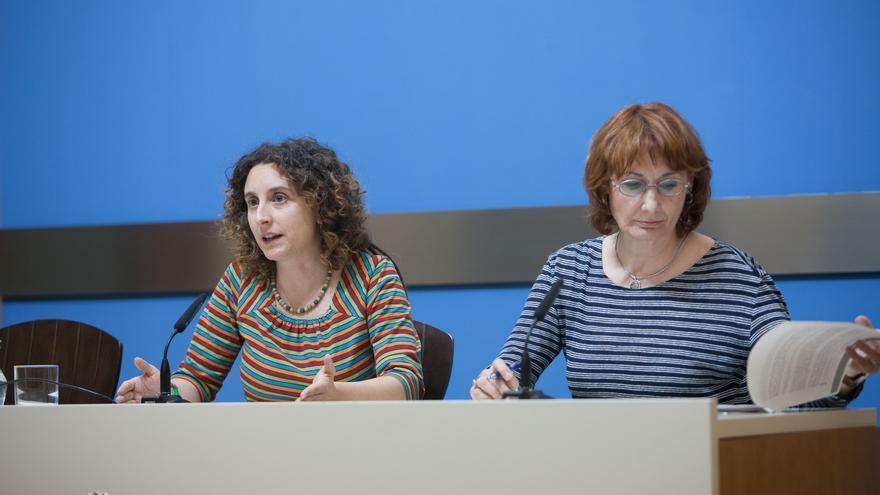 A la izquierda, la concejala de Educación e Inclusión del Ayuntamiento de Zaragoza, Arantza Gracia.