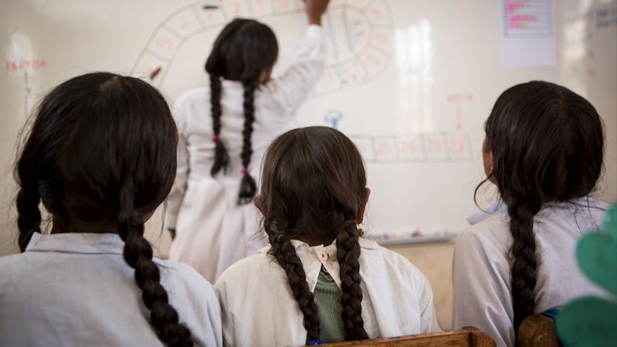Un grupo de niñas asisten a clase en una escuela de Santa Rosalía, Bolivia. (Salva Campillo/Ayuda en Acción)