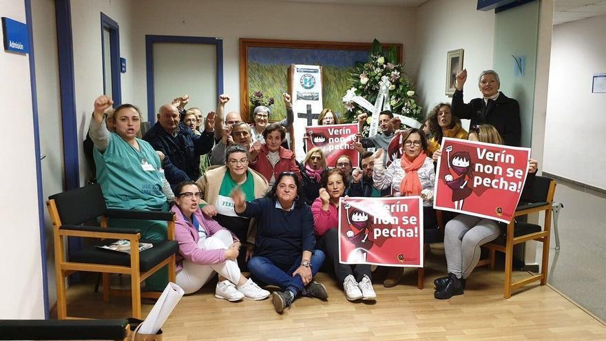 Participantes en el encierro contra el cierre del paritorio del hospital de Verín