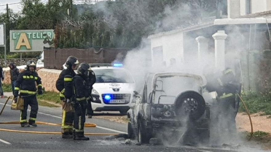 Varios bomberos tratan de apagar las llamas que desprende un coche accidentado el pasado este jueves en Ibiza.