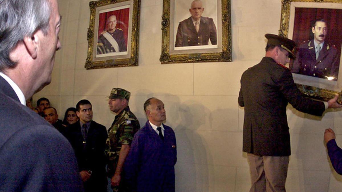 Néstor Kirchner ordenó al general Roberto Bendini que retirara los retratos de Jorge Videla y de Reynaldo Bignone de una de las salas del Colegio Militar