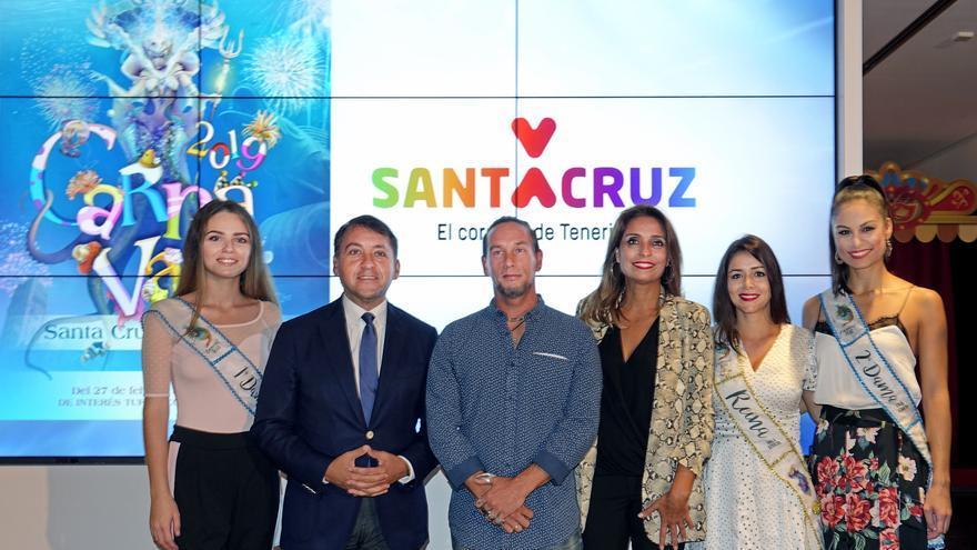 Foto de familia con el artista ganador (centro) y el alcalde José Manuel Bermúdez, este miércoles en la Casa del Carnaval