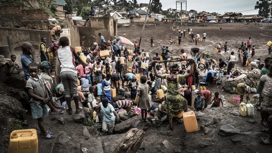 La gente busca agua en el distrito Funu de Bukavu (República Democrática del Congo) un domingo por la mañana temprano. En Bukavu, la mayoría de la gente todavía no tiene acceso a agua corriente. Muchos dependen del agua del lago Kivu o de los ríos y arroyos de alrededor.