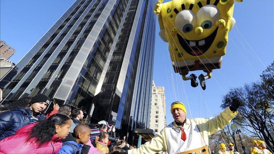 Los globos del desfile de Acción de Gracias recorren N.York pese al viento