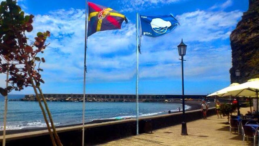 En la imagen, la 'Bandera Azul' ondeando en la playa del Puerto de Tazacorte.