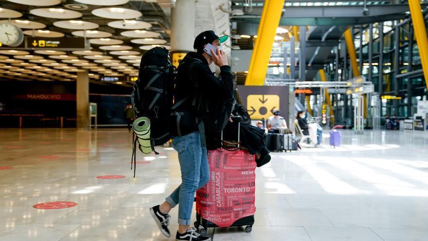 Un chico con el equipaje en la T4 del aeropuerto Adolfo Suárez, Madrid-Barajas