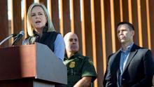 La secretaria de Seguridad Nacional, Kirstjen Nielsen, en la frontera con México.