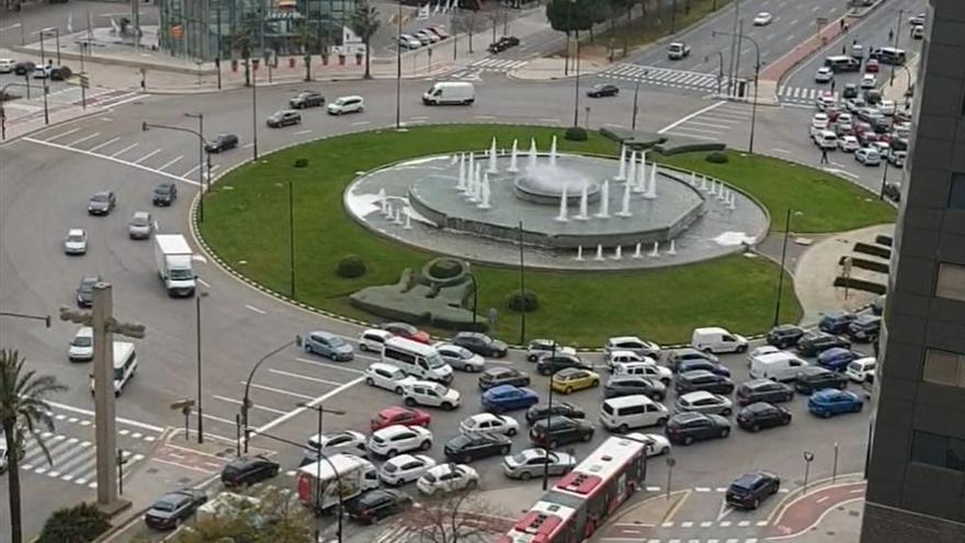 Atasco a la salida de València en la avenida Corts Valencianes por los controles policiales.