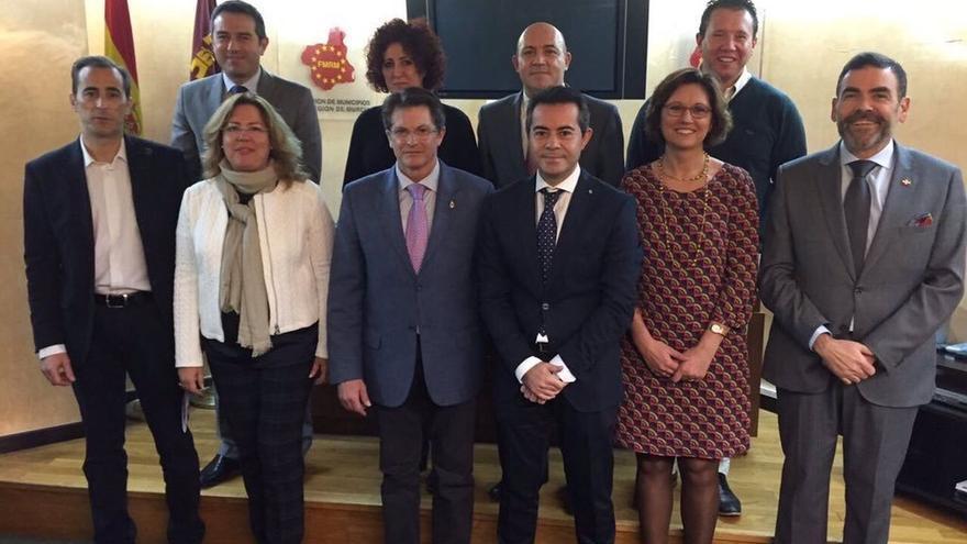 El nuevo presidente de la FMRM José López, junto a la comisión ejecutiva