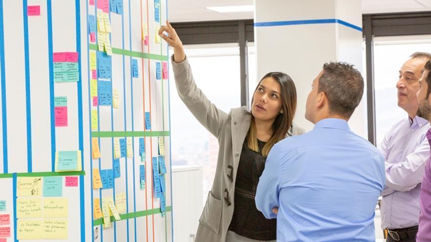 El modelo 'agile' gestiona proyectos mediante la creación de equipos de trabajo autónomos y multidisciplinares, enfocados en obtener resultados en cortos periodos de tiempo.