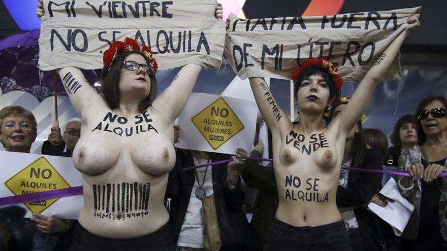 Activistas de Femen en la protesta contra la feria de gestación subrogada