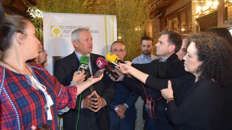 Angel Villafranca con los medios