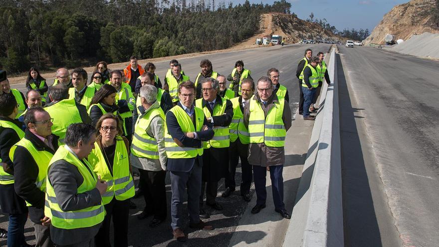El presidente Feijóo en una visita en marzo a los trabajos de la Autovía da Costa da Morte