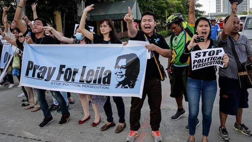 La senadora anti Duterte acusada de corrupción se entrega a la Policía