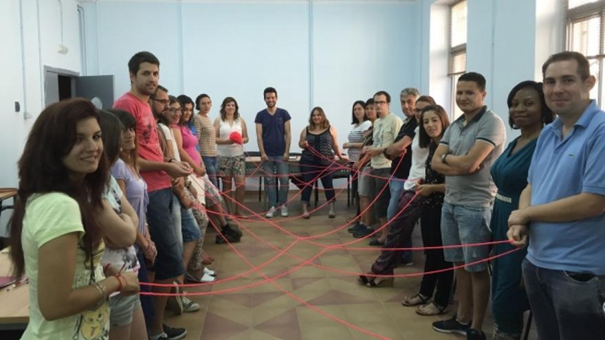 Los participantes aprenden a trabajar en equipo para desarrollar habilidades personales.
