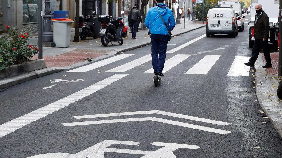 Un ciudadano se desplaza en patinete eléctrico en Madrid. EFE/J.J. Guillén/Archivo