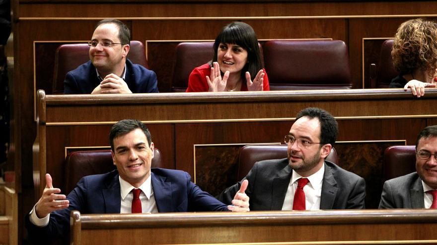 Pedro Sánchez y Antonio Hernando, en un raro momento de distensión en el debate.