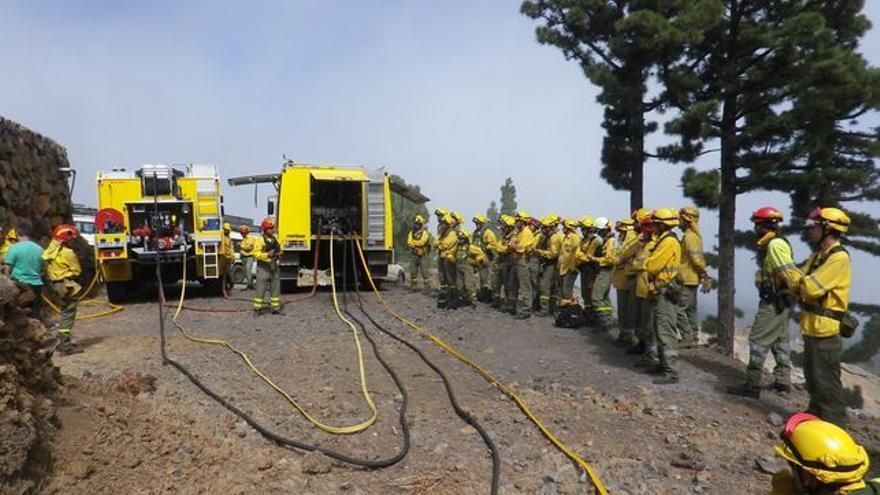 Imagen de archivo de brigadas contra incendio forestales.