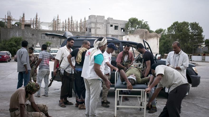 Un herido es trasladado al Hospital Quirúrgico de Médicos Sin Fronteras (MSF) en Adén. La violencia y la falta de transporte están deteriorando el acceso a la salud y ni siquiera las ambulancias pueden cruzar las líneas de frente. Fotografía: Guillaume Binet/MYOP