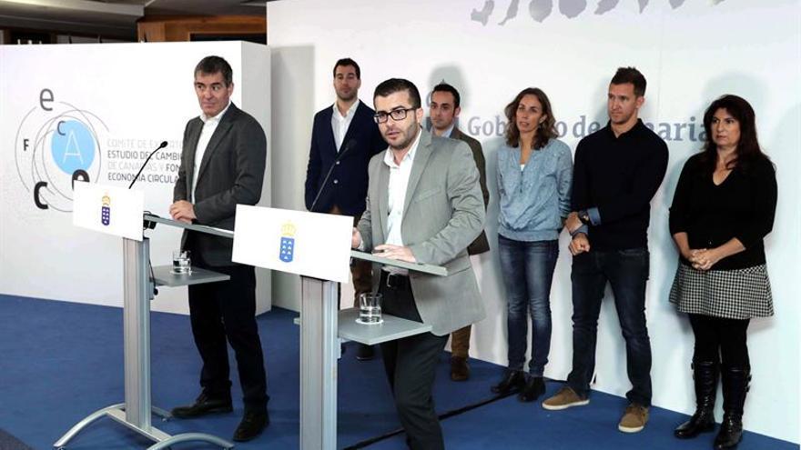 El presidente del Gobierno de Canarias, Fernando Clavijo (i), presentó a los miembros del comité de expertos constituido por la comunidad autónoma para prepararse para el cambio climático.