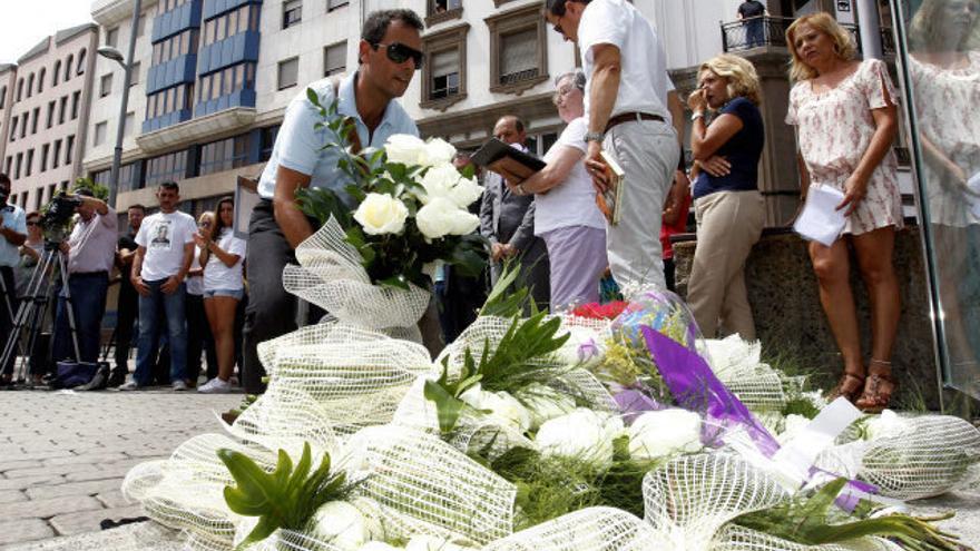 Familiares de los pasajeros del avión de Spanair JK5022 depositan flores en la Plaza de la Memoria de Las Palmas de Gran Canaria.