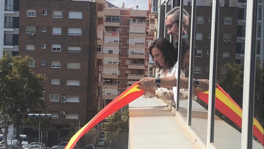 La presidenta del parlamento murciano ordena retirar una bandera española colocada por el PP