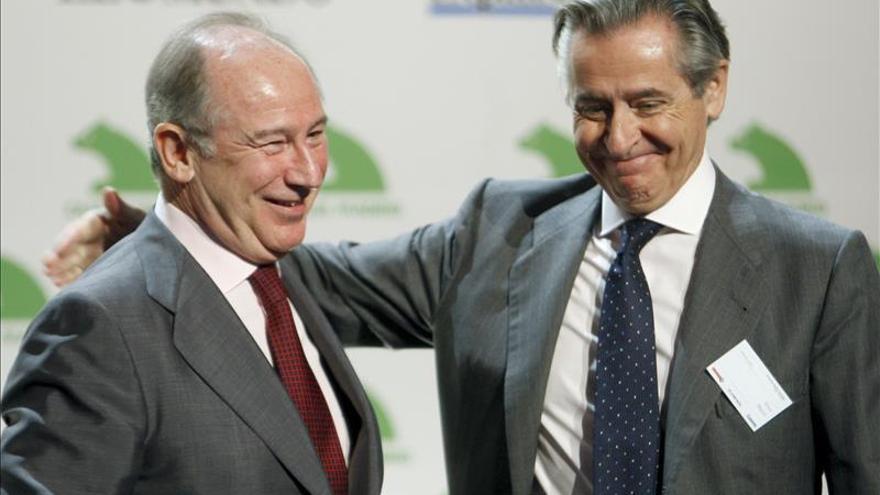 El presidente de Caja Madrid y su sucesor, Rodrigo Rato, durante el relevo en 2010.
