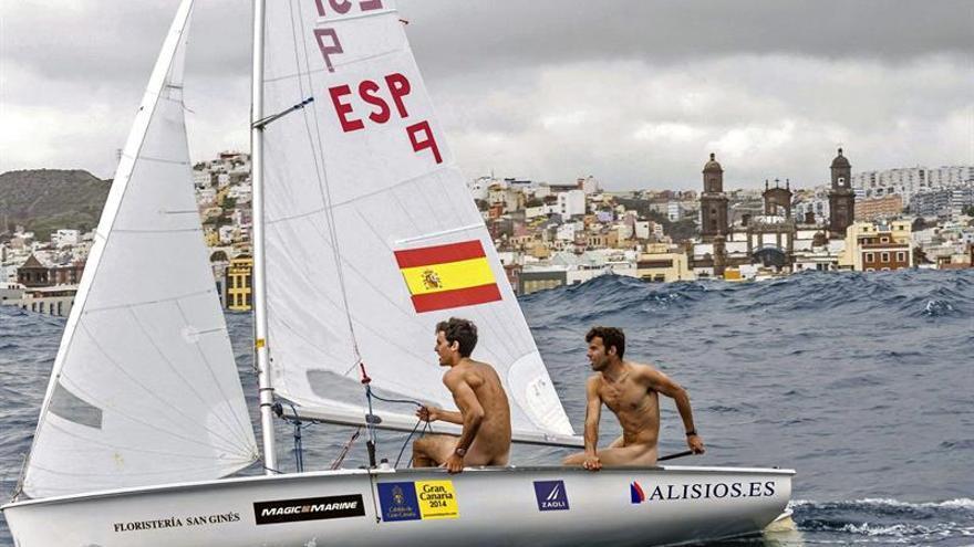 Onán Barreiros y Juan Curbelo, desnudos a bordo de su bote en la bahía de Las Palmas de Gran Canaria. Real Club Náutico de Gran Canaria.