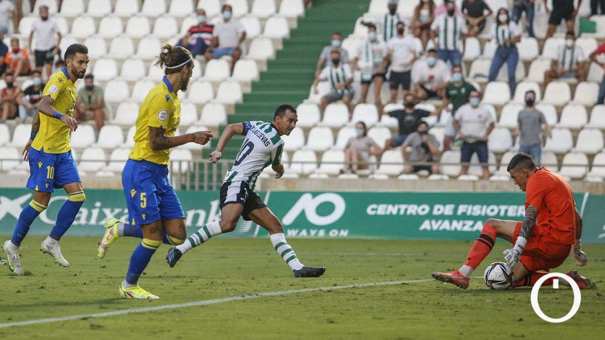 De las Cuevas, en un lance del partido ante el Cádiz B