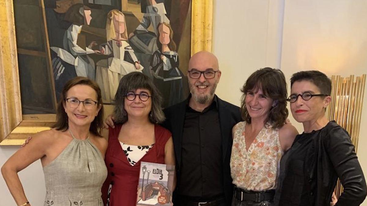 Los autores de la novela gráfica acompañados por las hermanas Rosa y Beatriz Garrote, de la asociación de víctimas del accidente del metro.