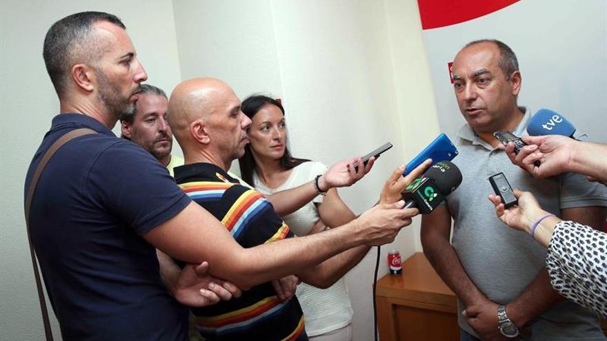 El secretario de Organización del PSC-PSOE, Julio Cruz, atiende a los medios de comunicación tras la reunión de la Comisión Ejecutiva Regional que se celebró para analizar los resultados electorales del 26J