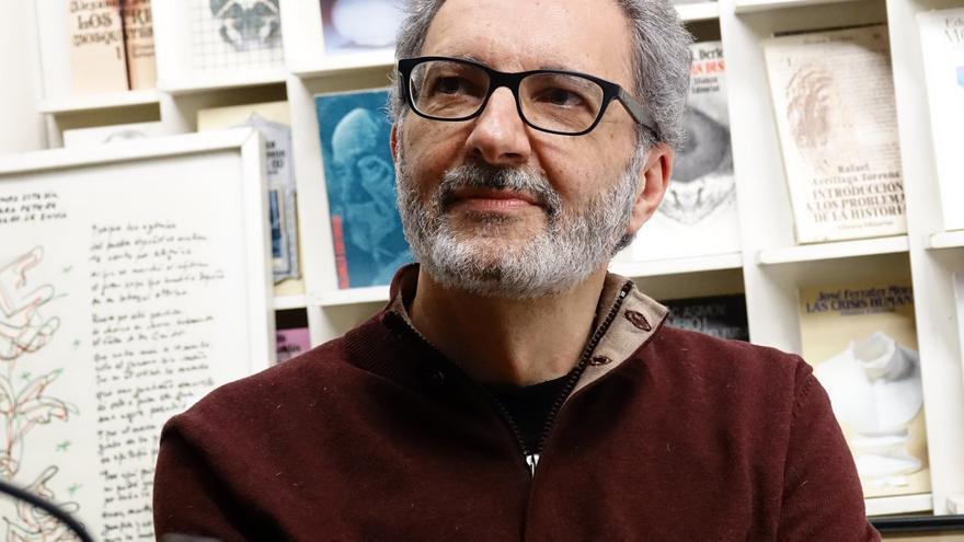El escritor Eloy Tizón