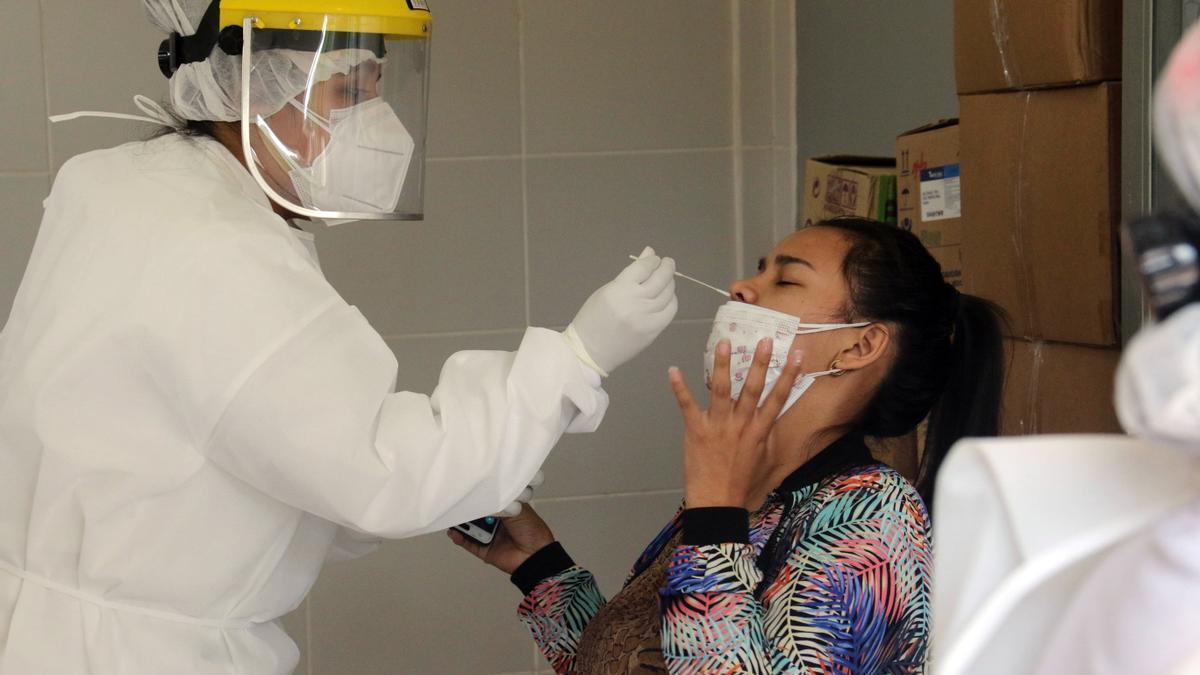 Sanitaria realizando una PCR. EFE/ Juan Carlos Torrejón/Archivo