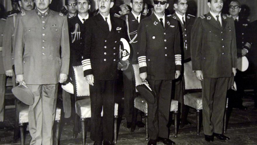 Augusto Pinochet y los demás miembros de la Junta Militar que dio el golpe de Estado en una misa en la catedral de Santiago el 18 de septiembre de 1974.
