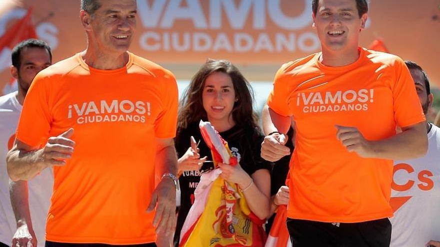 Rivera, sprint final con trofeo y sin mojarse con Vox