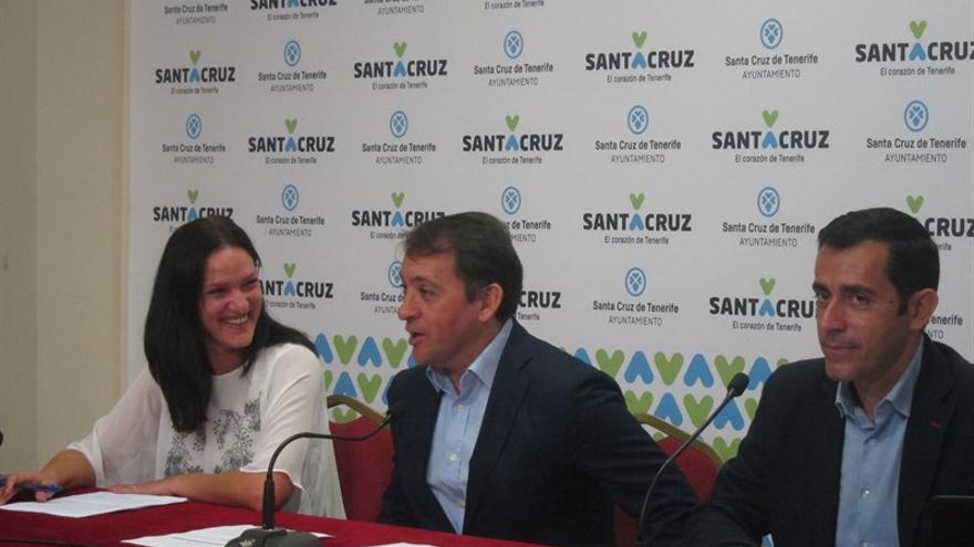 El alcalde de Santa Cruz, José Manuel Bermúdez (en el centro) presenta las cuentas municipales