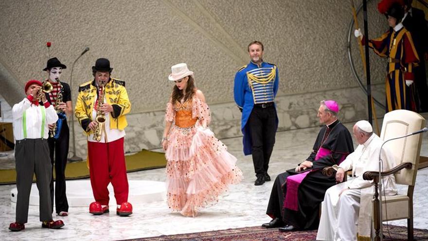 El papa recibió a artistas circenses y acarició a unos cachorros de tigre y de pantera