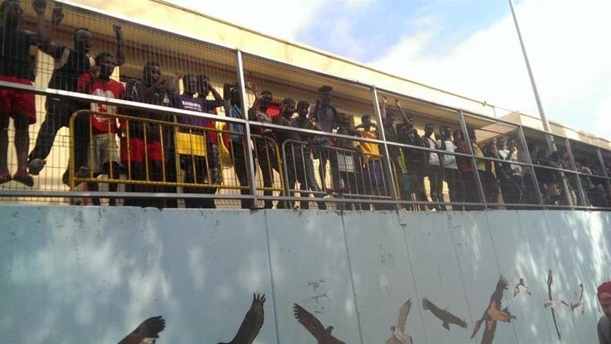Alrededor de 200 inmigrantes saltan la valla fronteriza de Ceuta