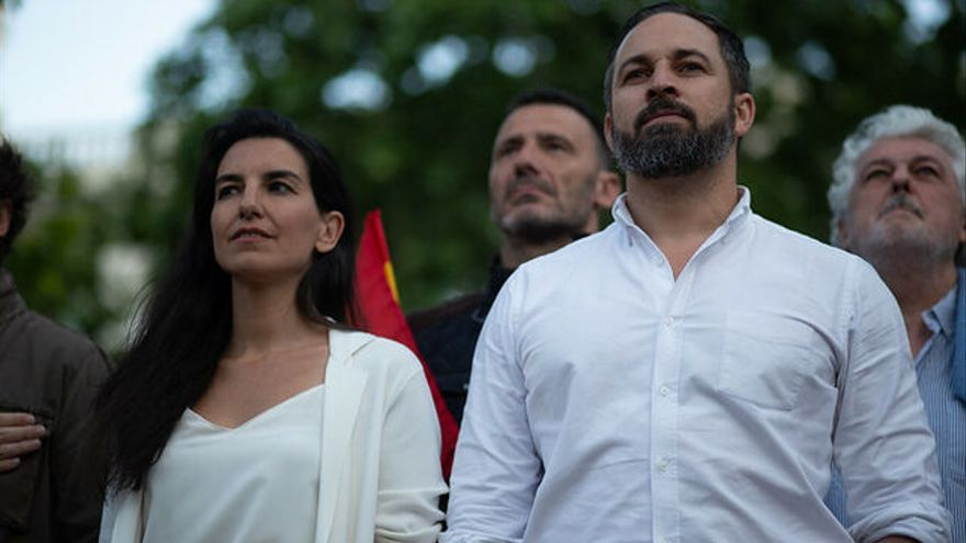 Santiago Abascal y Rocío Monasterio en el cierre de la anterior campaña para generales en Madrid para artículo Alerta desafío racista