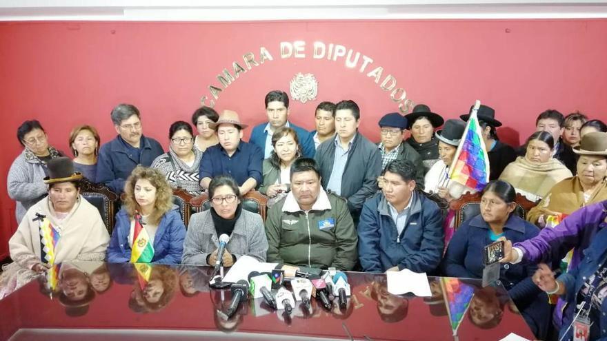 Legisladores del Movimiento Al Socialismo. En el centro, Eva Copa y Sergio Choque, Sergio Choque, presidenta del Senado y presidente de la Cámara de Diputados.