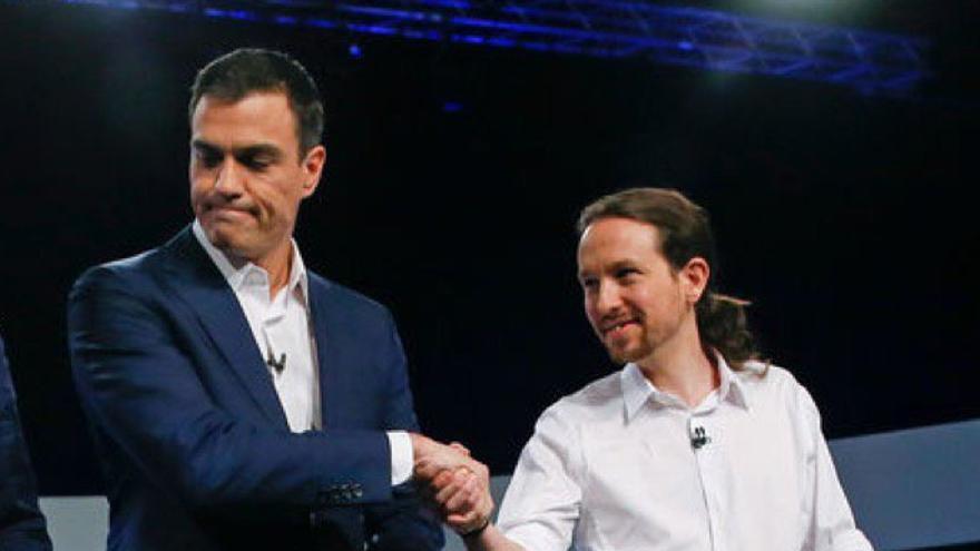 Pedro Sánchez y Pablo Iglesias se saludan antes del debate de las elecciones de hace tres años.