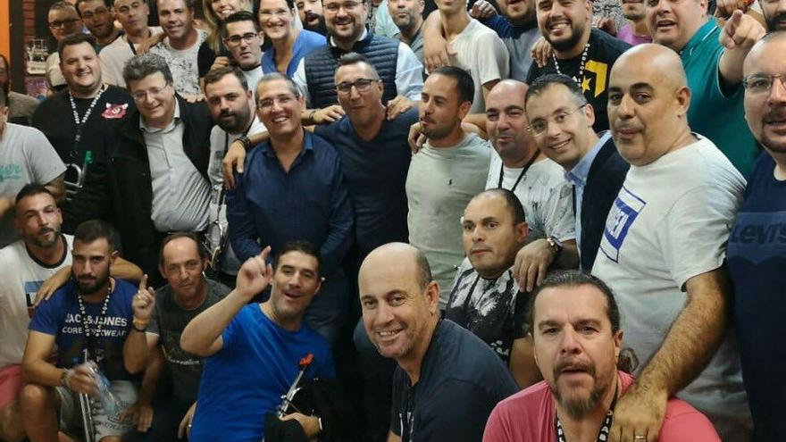 Integrantes de la murga Diablos Locos, con Asier Antona y otros cargos del PP local, en un ensayo en Santa Cruz