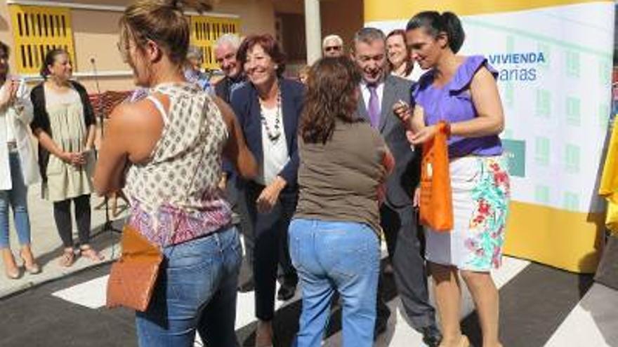 En la imagen, el presidente del Gobierno de Canarias, la consejería regional de Vivienda y la alcaldesa de Los Llanos de Aridane con algunas de las vecinas que ha recibido las llaves de su nueva vivienda en alquiler social.