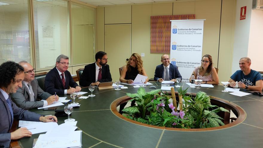 Momento de la reunión celebrada este lunes en Tenerife, con representación de los agentes económicos y sociales