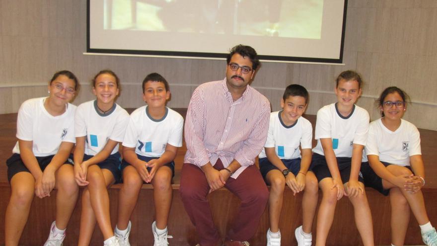 Anelio Rodríguez Candelaria, este lunes, junto a alumnos de La Palmita en la Fundación CajaCanarias. Foto: LUZ RODRÍGUEZ