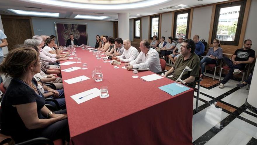 El presidente de Canarias, Fernando Clavijo (c), durante la reunión con representantes de los colectivos de libreros, bibliotecarios, editores y distribuidores, con el fin de abordar la futura Ley de Bibliotecas de la comunidad autónoma.
