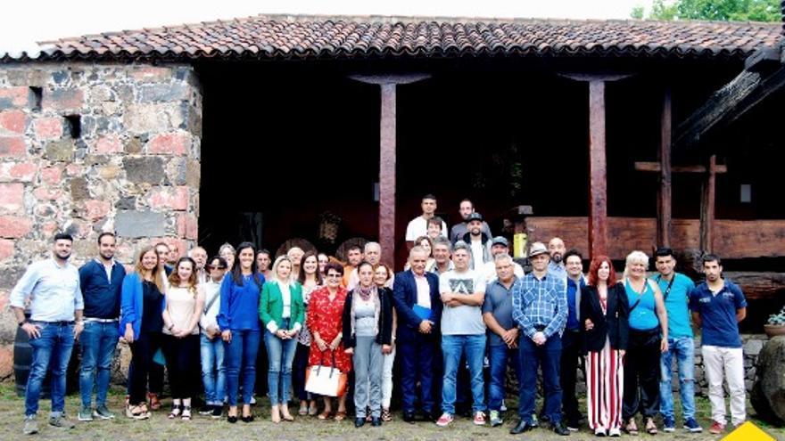 Foto de familia de los participantes en el curso junto a autoridades insulares y locales