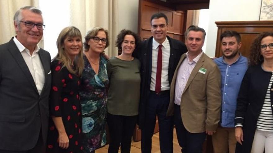 El senador socialista Josep Lluís Grau (i) junto a Pedro Sánchez y algunos alcaldes castellonenses