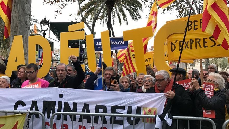 Centenares de personas apoyan a Forcadell ante el TSJC ante su declaración