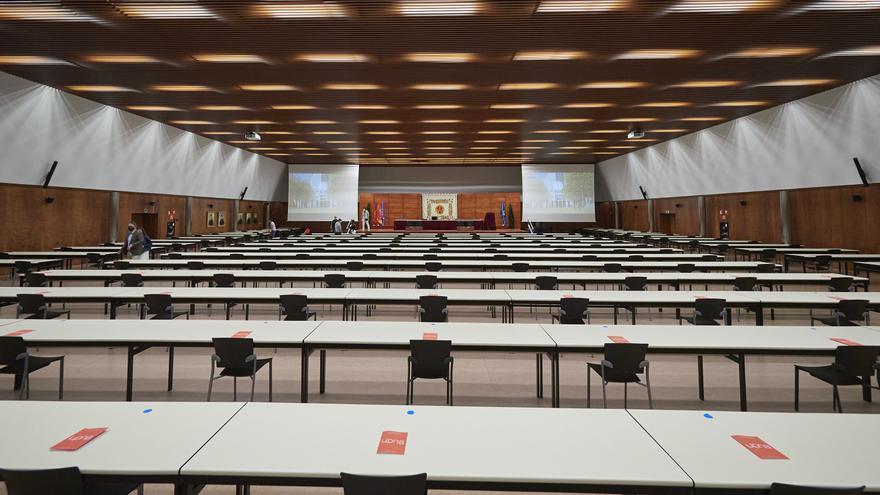 Archivo - Aula Mayor momentos antes de la apertura del curso 2020-2021 en la UPNA